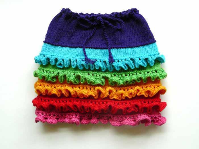 Эта вязаная юбка для девочки спицами отличается от всех других тем, что в ней вы можете понасобирать все цвета радуги...