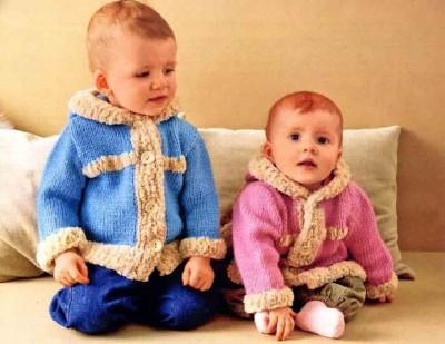 Вязаное спицами пальто детское