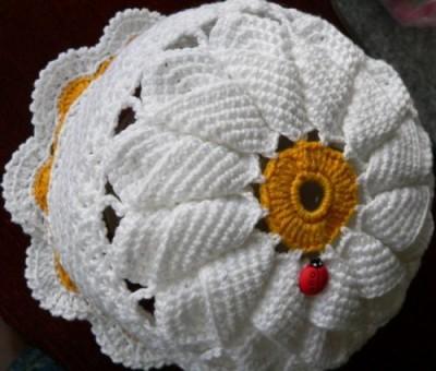 вязаная шляпка с ромашкой