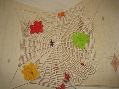 вязаная паутинка на стену