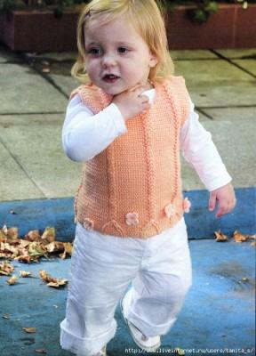 Нарядный персиковый жилет для девочки