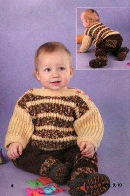 Вязаный спицами костюм для малыша